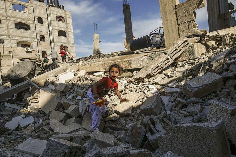 Seorang anak perempuan warga Palestina memanjat sisa-sisa bangunan yang hancur akibat serangan udara yang dilancarkan Israel terhadap Rafah di Jalur Gaza, Minggu (5/5/2019). Hubungan Israel dan Palestina kembali memanas dengan keduanya saling melemparkan serangan udara serta meruntuhkan negosiasi yang dimediasi Mesir selama sebulan.