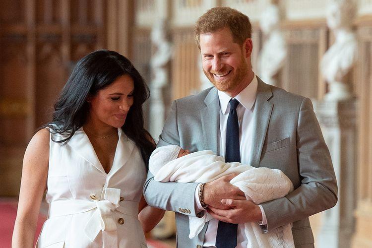 Pangeran Harry dan Meghan Markle memperkenalkan anak pertama mereka ke publik di St Georges Hall, Windsor Castle, London, Rabu (8/5/2019) waktu setempat. Anak yang mereka beri nama Archie Harrison Mountbatten-Windsor itu berada di urutan ketujuh suksesi kerajaan Inggris.