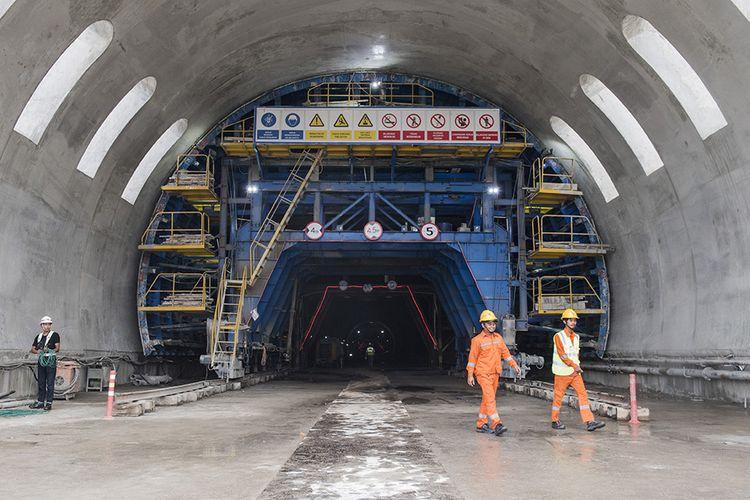 Pekerja melintas di dalam Tunnel Walini saat pengerjaan proyek Kereta Cepat Jakarta-Bandung di Kabupaten Bandung Barat, Jawa Barat, Selasa (14/5/2019). Pembangunan Proyek Kereta Cepat Jakarta - Bandung (KCJB) mencapai babak baru setelah Tunnel Walini di Jawa Barat berhasil ditembus yang pengerjaannya dilaksanakan selama 15 bulan, dengan panjang 608 meter menjadi tunnel pertama dari 13 tunnel KCJB lainnya yang berhasil ditembus.