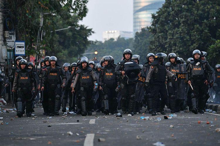 Polisi membuat barikade saat terjadi bentrok dengan pendemo rusuh di Jalan KS Tubun, Jakarta, Rabu (22/5/2019). Bentok terjadi setelah massa dipukul mundur dari kericuhan di Tanah Abang, Jakarta Pusat, Selasa (21/5/2019) malam.