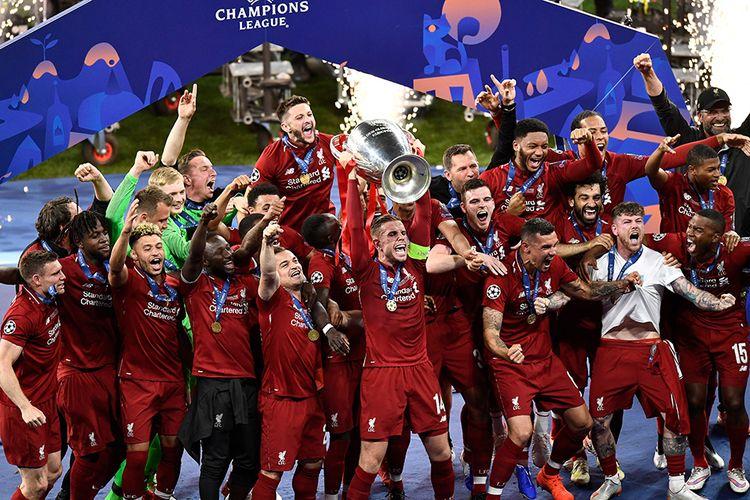Para pemain Liverpool merayakan kemenangan dengan trofi juara usai melawan Tottenham Hotspur pada final Liga Champions 2019 di Stadion Wanda Metropolitano, Madrid, Sabtu (1/6/2019) atau Minggu dini hari. Liverpool menjadi juara Liga Champions 2018-2019 setelah mengalahkan Tottenham Hotspur 2-0.