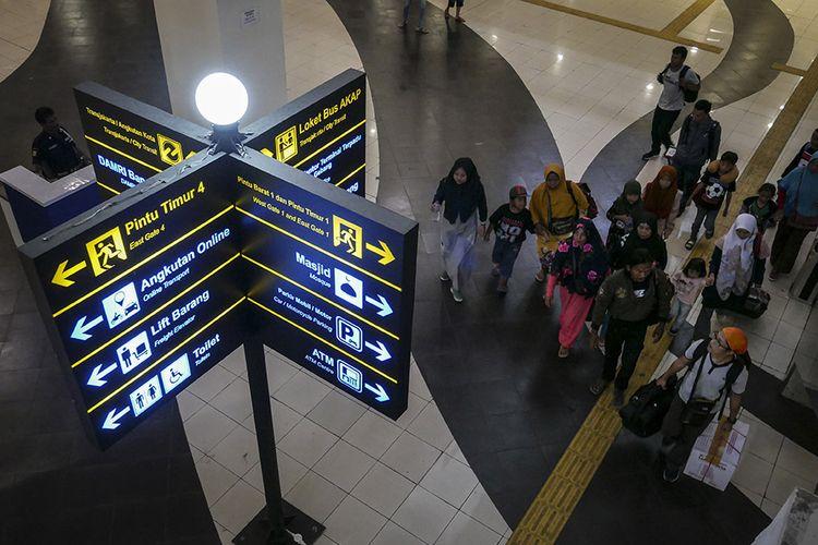 Pemudik membawa barang bawaannya setibanya di Terminal Pulo Gebang, Jakarta, Minggu (9/6/2019). Hingga siang ini tercatat sebanyak 6.511 orang tiba di Terminal Pulo Gebang dan akan terus bertambah mengingat hari ini adalah puncak arus balik Lebaran 2019.