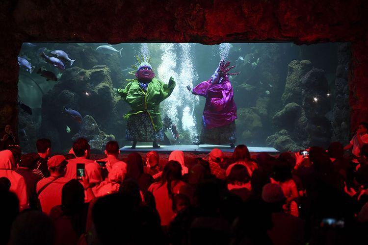 Penyelam mempertunjukkan Ondel-Ondel di dalam akuarium utama Seaworld, Ancol Taman Impian, Jakarta, Sabtu (22/6/2019). Pertunjukan tersebut digelar dalam rangka merayakan HUT ke-492 Jakarta.
