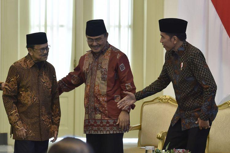 Presiden Joko Widodo (kanan) bersama Ketua Dewan Kehormatan Ikatan Cendekiawan Muslim se-Indonesia (ICMI)  BJ Habibie (kiri) dan Ketua Umum ICMI Jimly Asshidiqie (tengah) saat pembukaan Silaturahmi Kerja Nasional (Silaknas) Tahun 2017 di Istana Kepresidenan Bogor, Jakarta, Jumat (8/12/2017). Habibie berharap peran ICMI bersama pemerintah dapat mengembalikan Pancasila sebagai pandangan hidup bisa diakumulasikan dalam kehidupan bermasyarakat melalui pembangunan yang pro-rakyat atau ekonomi pasar Pancasila.