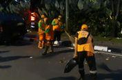Jakarnaval Selesai, Petugas Kebersihan Bersihkan Sampah yang Tersisa