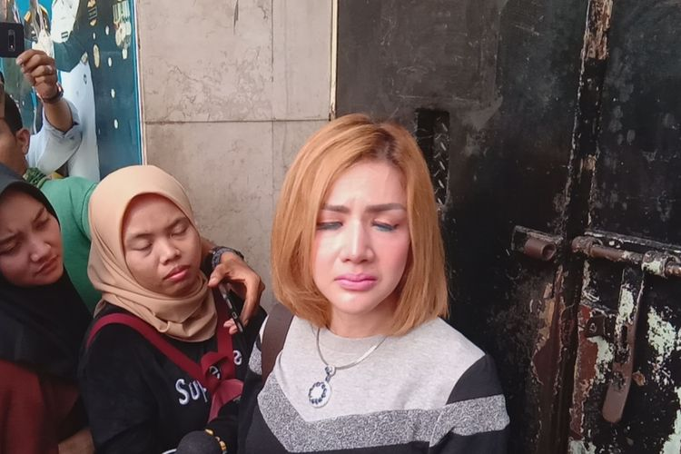 Barbie Kumalasari menjenguk suaminya, Galih Ginanjar, di Polda Metro Jaya, Jakarta Pusat, Jumat (12/7/2019).