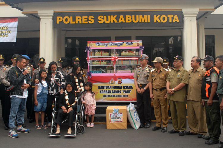 Dicky Permana (kiri) memberikan sambutan saat keluarganya yang terdampak bencana Palu tiba dan disambut pejabat di Sukabumi, Jawa Barat, Selasa (9/10/2018)