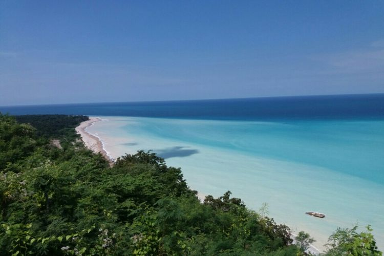 Pantai Kolbano di Kabupaten Timor Tengah Selatan, Nusa Tenggara Timur (NTT) dari kejauhan.