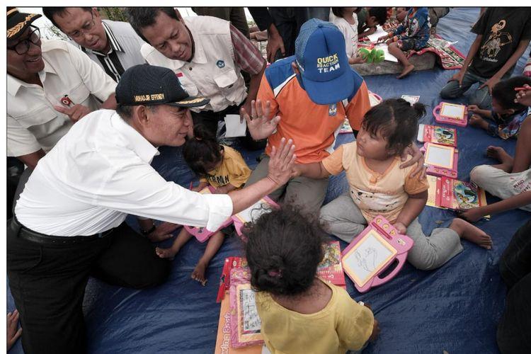 Mendikbud saat kunjungan di lokasi pasca gempa Palu, Sabtu (06/10/2018).