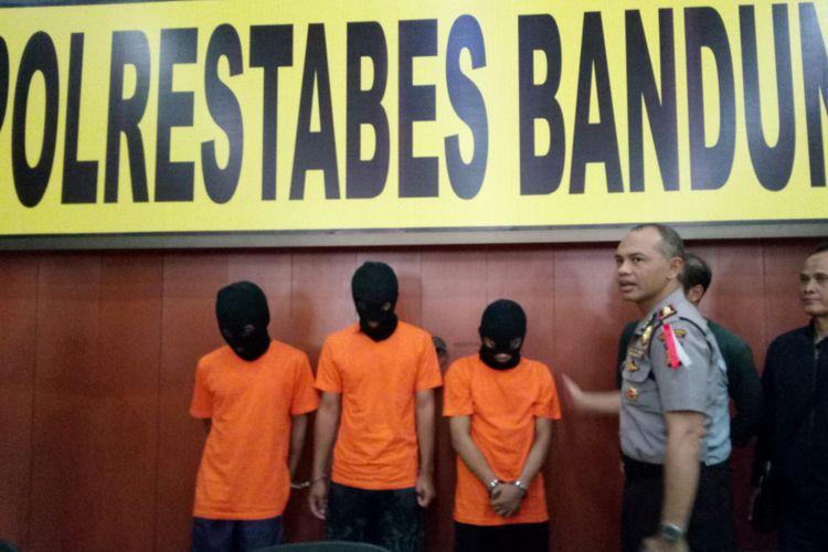 Kapolrestabes Bandung, Kombes Pol Hendro Pandowo tengah merilis pelaku penganiayaan yang mengakibatkan kematian, di Mapolrestabes Bandung, Minggu (14/1/2018).