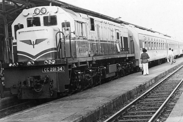 Di Setasiun PJKA Balapan (Sala), Sabtu tanggal 14 Oktober, Direktur Utama PJKA Ir. Pantiarso meresmikan pengoprasian kereta api Senja Utama dari Solobalapan - Gambir pp. Kereta api ini, bukan saja baru dapat pengoprasiannya, tetapi juga baru dalam bentuk fisiknya, dengan seluruhnya menggunakan Kereta Utama buatan Yugoslavia. Tarip Solobalapan - Gambir atau sebaliknya untuk dewasa Rp 2500 dan anak Rp 1.700,- dengan ditambah bea setasiun masing-masing Rp. 100,- jam berangkat K.A. ini dari Solo jam 17.30, tiba di setasiun gambir jam 06.05. Setasiun yang disinggahi Klaten, Yogyakarta, Wates, Kutoarjo, Kebumen, Gombong, Kroya, Purwokwerto, Cirebon, Jatinegara sampai Gambir. Sifat kereta api Senja Utama ini adalah terbatas (limited), dengan rangkaian 5 BW berkapasitas tempat duduk 350 orang, 1 CFW untuk restorasi dan 1 DPW untuk barang dan bagasi.