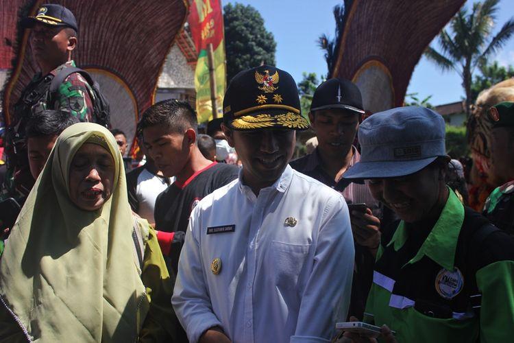 Sejumlah ibu ibu memanfaatkan kedatangan Wakil Gubernur Jawa Timur Emil Dardak di Kabupaten Magetan dalam rangka membuka secara resmi pelaksanaan TMMD tahun 2019.