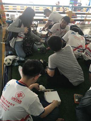 Tim robotik Untar tengah menyiapkan kompetisi robot humanoid sepakbola dalam KRI 2018