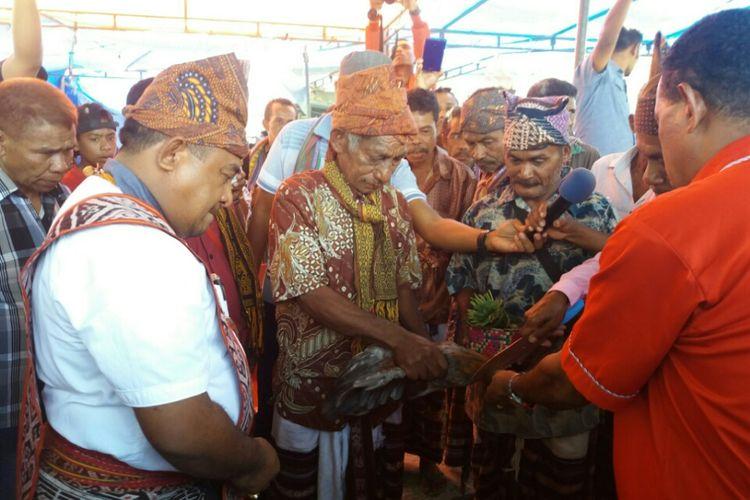 Bupati TTU Raymundus Fernandez (kiri) bersama kerabat dan para tokoh adat menggelar ritual adat pemotongan ayam di kediamannya, Sabtu (29/7/2017)