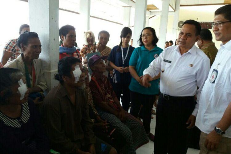 Wakil Bupati Malaka Daniel Asa (tengah baju putih celana hitam) saat berada di Rumah Sakit Umum Betun dan berbicara dengan warga yang sedang mengikuti pengobatan mata, beberapa waktu lalu.