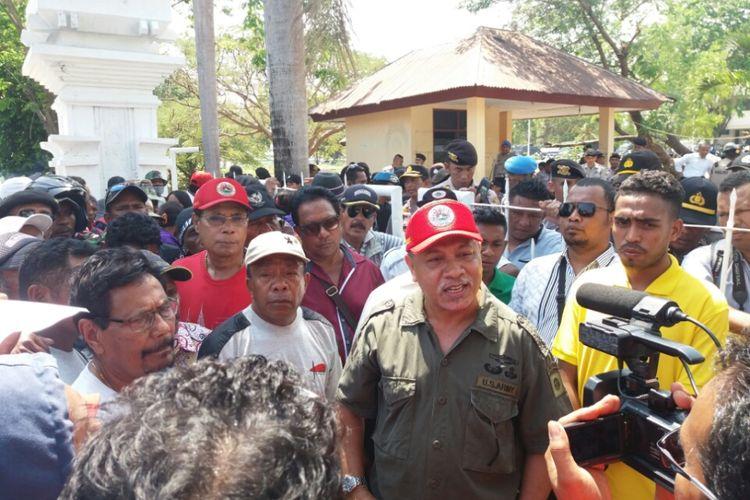Mantan WakilPanglima Milisi (Pejuang) Pro -Indonesia di Timor Timur (Timtim) Eurico Guterres (Topi Merah) saat bersama ribuan eks pejuang Timor Timur (Timtim) menggelar aksi unjuk rasa di depan Kantor Gubernur Nusa Tenggara Timur (NTT), Senin (25/9/2017)