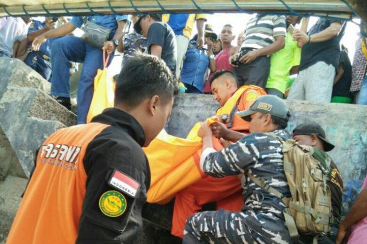 Jenazah Hasanudin Basir (18) saat dievakuasi oleh Tim Gabungan SAR menuju Pelabuhan Dulionong, Kabupaten Alor, NTT, Rabu (27/9/2017)