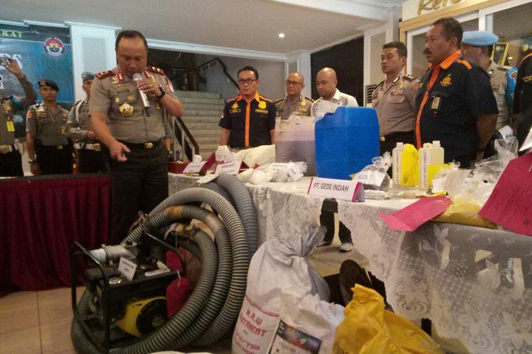 Kapolda Jabar Irjen Agung Budi Maryoto tengah memperlihatkan barang bukti keempat perusahaan di Jawa Barat yang terindikasi membuang limbah ke Sungai Citarum, Kamis (1/2/2018) di Mapolda Jabar, Kota Bandung.