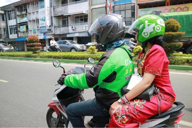 Calon Gubernur Kalbar, Karolin Margret Natasa saat menumpang Gojek usai melakukan pencabutan nomor peserta Pilkada Kalbar (13/2/2018)