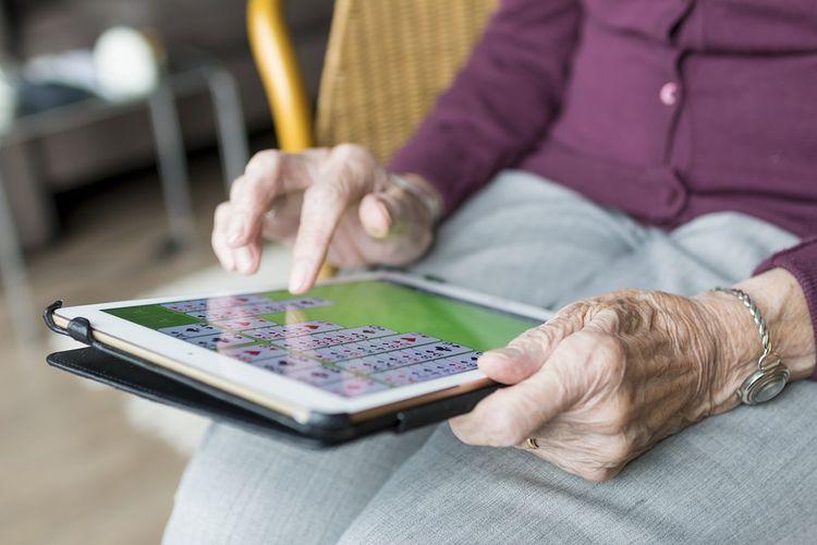 ilustrasi orang tua dan teknologi
