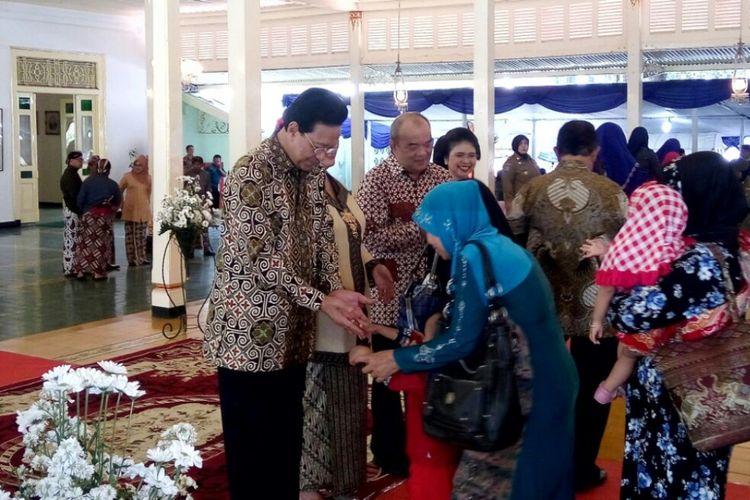 Warga Yogyakarta saat bersalaman dengan Gubernur DIY Sri Sultan HB X di acara syawalan di Bangsal Kepatihan