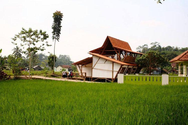 Bangunan PAUD Nurhikmat di pinggiran sawah
