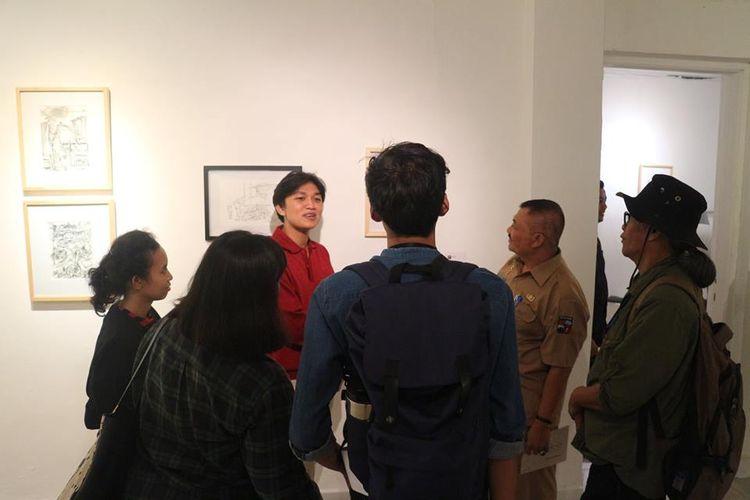 Pengunjung Pameran [Re]-Kreasi berbincang dengan salah satu seniman dan peserta pameran, Achmad Fachmi sambil menikmati karya sketsa di Galeri Nasional, Jakarta, Selasa (4/9/2018).