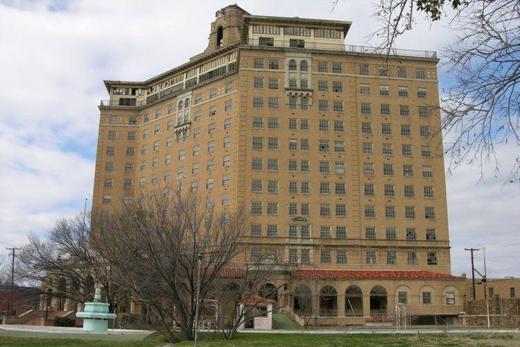 Hotel yang dibuka pada 1929 ini merupakan bangunan pencakar langit pertama yang berlokasi di luar area pusat kota.