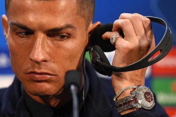 Cristiano Ronaldo terlihat mengenakan arloji senilai Rp 23 miliar