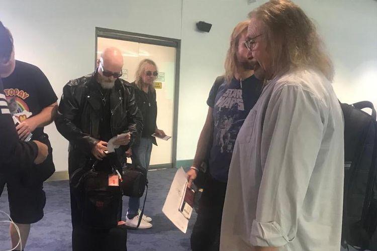Para personel band heavy metal asal Inggris, Judas Priest, tiba di Indonesia.