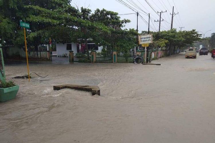 Banjir merendam kawasan perkantoran dan jalan di Kota Sungailiat, Bangka, Bangka Belitung, Sabtu (8/12/2018).