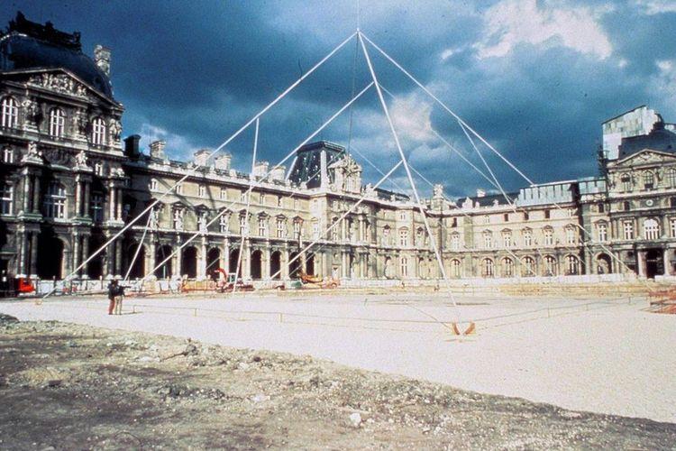 Pembangunan struktur piramida kaca Louvre