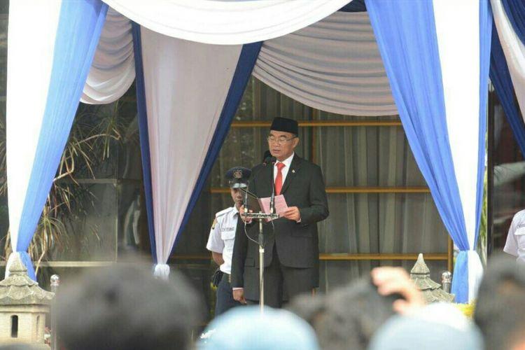 Menteri Pendidikan Muhadjir Effendy menjadi inspektur upacara peringatan Hari Guru Nasional 2017 di Kantor Kemendikbud, Sabtu (25/11/2017).
