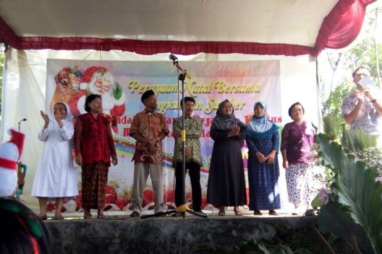 Warga Muslim di lingkungan Sumber tepatnya di RW 7 Keluran Panjang, Ambarawa, Jawa Tengah, rela membantu menyiapkan perayaan Natal, Senin (1/1/2018) siang.