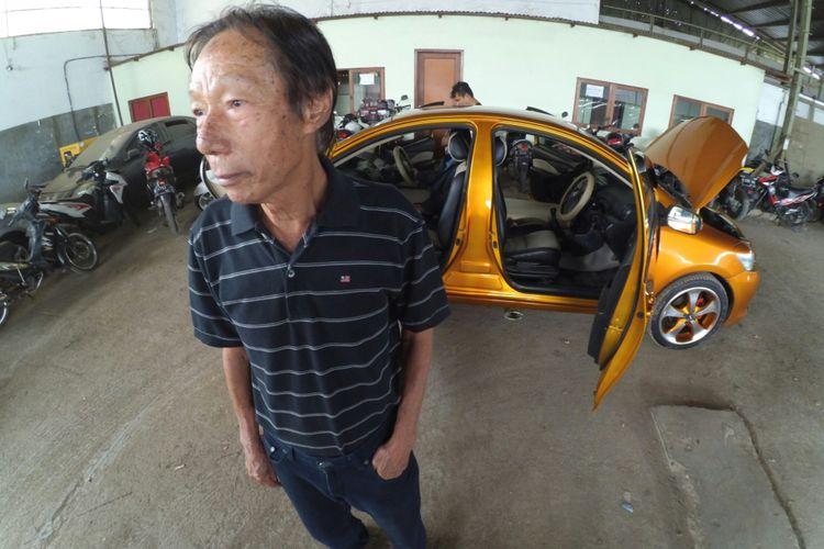 Roni Gunawan (71) Kepala Bengkel Gemah Ripah (GR) Taxi, sedang berfoto didepan kendaraan yang terparkir di Garasi GR Taxi di Jalan Babakan Cibereum, Kota Bandung, Rabu (17/1/2018). Mobil miliknya sempat viral karena bentuknya yang tidak lazim, karena mobil ini bermuka dua.(KOMPAS.com/AGIE PERMADI)