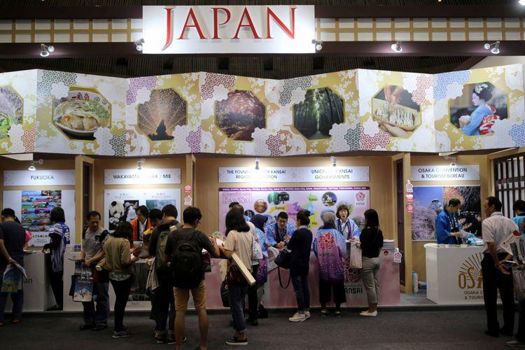 Pengunjung memadati stan pariwisata Jepang pada pameran Astindo Fair 2017 di Assembly Hall Jakarta Convention Center, Senayan, Jakarta, Sabtu (25/3/2017). Pameran travel ini menawarkan berbagai promo perjalanan wisata baik domestik ataupun luar negeri dan diadakan pada tanggal 24-26 Maret 2017.