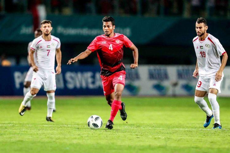 Gelandang Zulfiandi tengah mengontrol bola pada pertandingan Indonesia vs Palestina dalam lanjutan Grup A Asian Games 2018 di Stadion Patriot, 15 Agustus 2018.