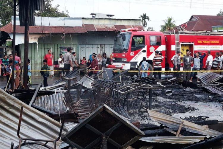 Pemilik toko dan warga melihat puing-puing kebakaran di Pasar Geudong, Kabupaten Aceh Utara, Kamis (24/5/2018)