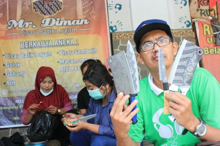 Darmo Sudiman bersama Pekerja membuat Pisau Batik