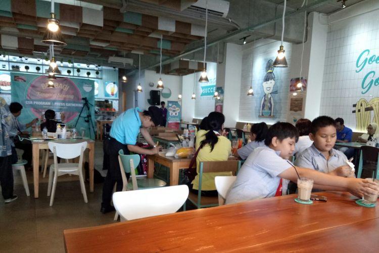Suasana kedai Bakmitopia Kemanggisan, Jakarta.