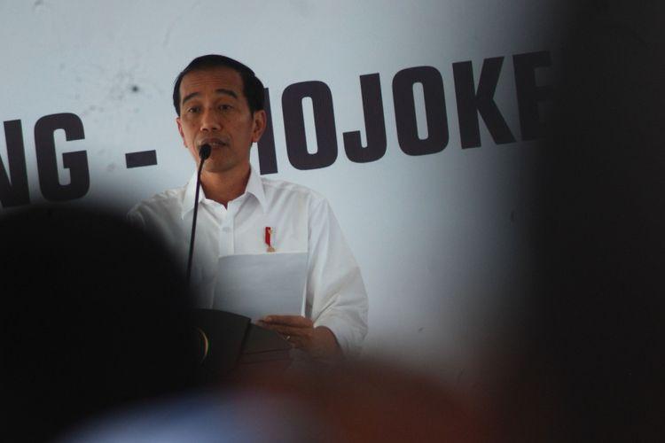 Presiden RI, Joko Widodo memberikan sambutan saat peresmian jalan tol Jombang-Mojokerto di gerbang tol Mojokerto, Jawa Timur, Minggu (10/9). Dengan beroperasinya tol Jombang-Mojokerto (Joker) sepanjang 40,5 kilometer tersebut diharapkan dapat mengurai kemacetan dan meningkatkan perekonomian di Jawa Timur.