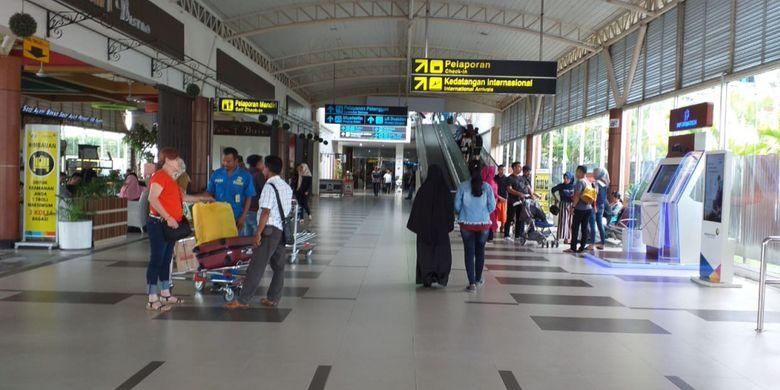 Suasana terminal keberangkatan di Bandara SSK II Pekanbaru, Riau, terlihat sepi setelah adanya kebijakan kenaikan tiket pesawat domestik, Selasa (15/1/2019).