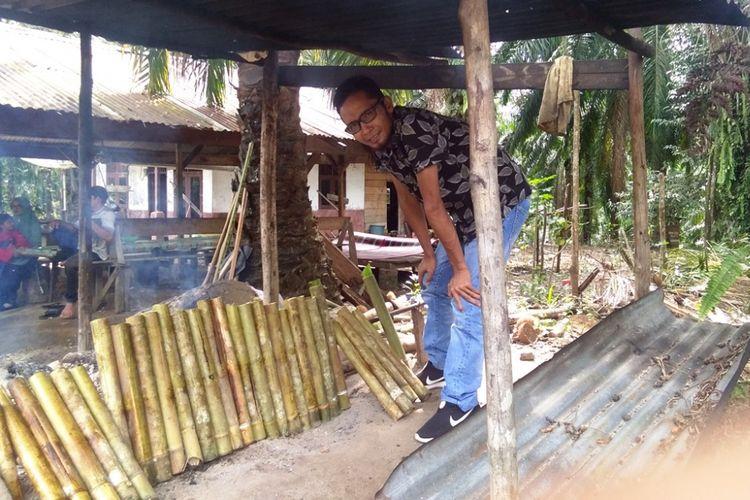 Pembeli memilih lemang di Desa Mendumpang, Kecamatan Suro, Kabupaten Aceh Singkil