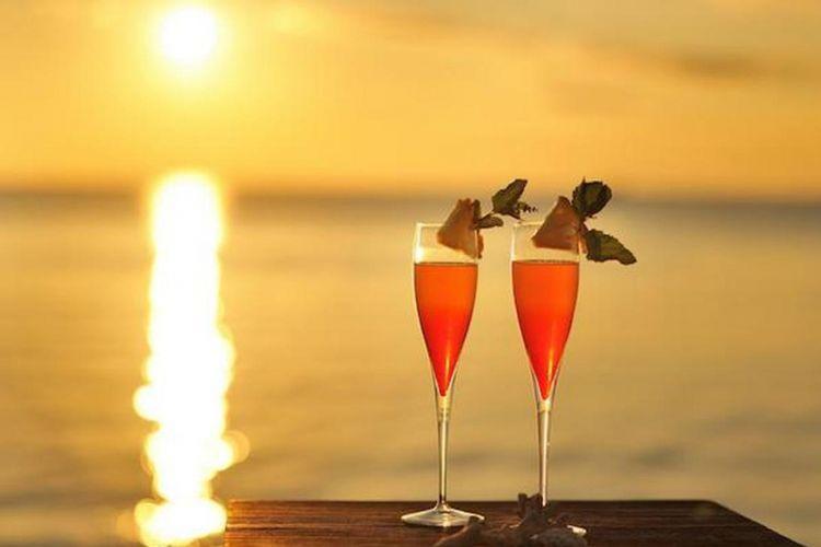 Cocktail berpadu dengan latar belakang matahari terbenam, indahnya!