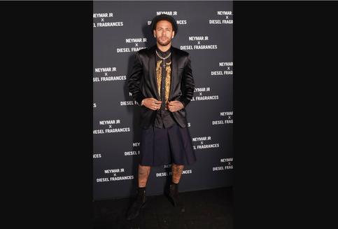 Melihat Gaya Unik Neymar Padukan Tuksedo dan Rok