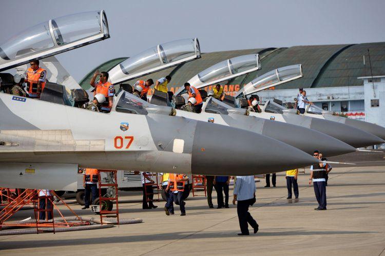 Teknisi sedang menyiapkan pesawat Sukhoi milik TNI Angkatan Udara sebelum terbang di Lanud Halim Perdanakusuma, Jakarta, Rabu (13/8/2014). Sukhoi merupakan salah satu jenis pesawat tempur untuk pertahanan dan menjaga keamanan wilayah Indonesia.