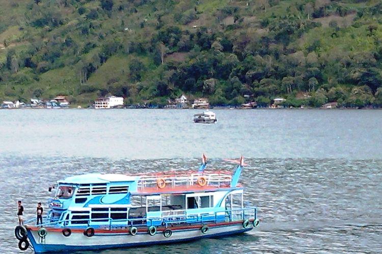 Kapal-kapal ini menjadi alat transportasi warga dan para pengunjung saat menyeberangi Danau Toba