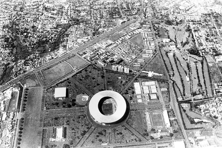 Foto udara Kompleks Gelora Bung Karno yang diambil pada 1975