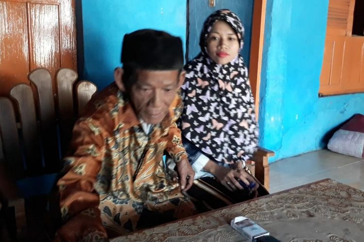 Mbah Dirgo (83) bersama istrinya Nuraeni (27) saat di kediaman mereka di Desa Pagerbarang, Kecamatan Pagerbarang, Kabupaten Tegal, Jawa Tengah, Rabu (21/8/2019)(KOMPAS.com/Tresno Setiadi)