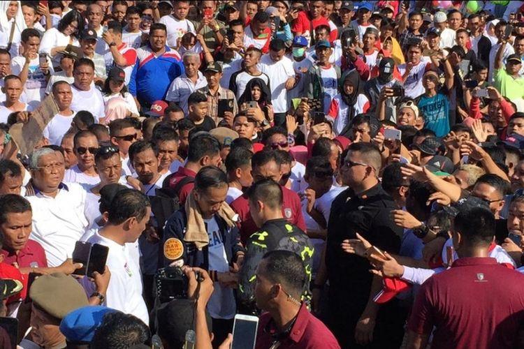 Presiden Jokowi dibantu Paspampres memasang handplas di tangannya karena terluka